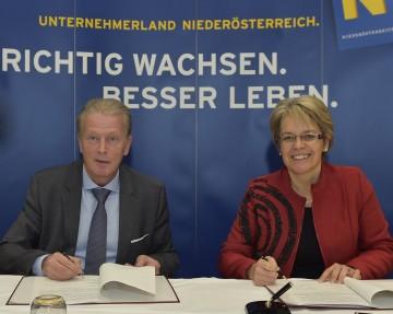 Wirtschafts- und Tourismusminister Dr. Reinhold Mitterlehner und Tourismus-Landesrätin Dr. Petra Bohuslav unterzeichnen die Kooperationsvereinbarung zu den neuen Förderangeboten.