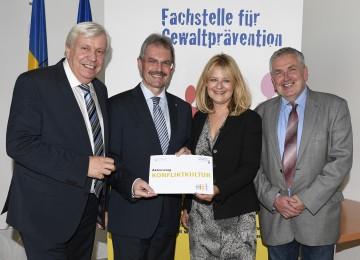 Im Bild von links nach rechts: Landesschulratspräsident Mag. Johann Heuras, Landesrat Mag. Karl Wilfing, Henriette Höfner (Leiterin der Fachstelle), Alfred Brader (Pädag. Hochschule NÖ).