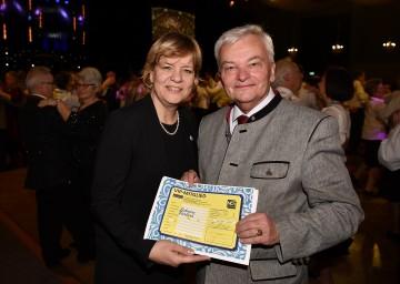 Senioren-Landesrätin Mag. Barbara Schwarz unterzeichnete im Beisein von Landesobmann Herbert Nowohradsky die VIP-Mitgliedschaft von NÖs Senioren. (v.l.n.r.)
