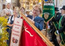 Nach der Segnung konnte Landeshauptfrau Johanna Mikl-Leitner die neue Zunftfahne an die niederösterreichischen Rauchfgangkehrer übergeben.