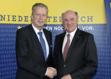 Exzellente Zusammenarbeit: Bundesminister Dr. Reinhold Mitterlehner und Landeshauptmann Dr. Erwin Pröll freuen sich über den Beschluss, dass die Donau-Universität Krems das Promotionsrecht erhalten wird. (v.l.n.r.)