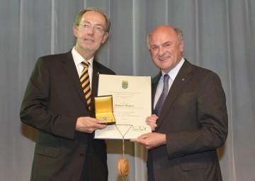 Landeshauptmann Dr. Erwin Pröll überreichte hohes Ehrenzeichen des Landes Niederösterreich an Landesdirektor Helmut Maurer von der Wr. Städtischen.