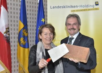 Sonja Zwazl, Präsidentin der Wirtschaftskammer Niederösterreich, und Landesrat Mag. Karl Wilfing informierten über das Bauprogramm für die NÖ Landeskliniken.