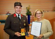 Oberbrandinspektor Richard Groisz nahm von Landeshauptfrau Johanna Mikl-Leitner die Rettungsmedaille des Landes Niederösterreich in Empfang. Der Feuerwehrmann hat den Fahrer eines verunfallten Autos aus der Mitte des Kampflusses gezogen.