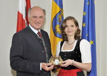 Landeshauptmann Dr. Erwin Pröll mit Barbara I., der neuen NÖ Weinkönigin