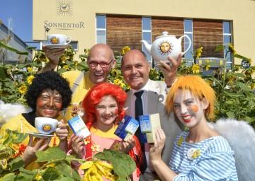 """Johannes Gutmann, Gründer und Chef der """"Sonnentor Kräuterhandels GmbH"""", und Landeshauptmann-Stellvertreter Mag. Wolfgang Sobotka (v.l.) freuen sich über die verstärkte Kooperation von """"Sonnentor"""" und der Initiative """"tut gut""""."""