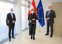 Bundesminister Martin Kocher (v.l.), Landeshauptfrau Johanna Mikl-Leitner und Landesrat Martin Eichtinger sprachen über aktuelle Herausforderungen am Arbeitsmarkt.