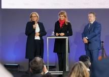 Landeshauptfrau Johanna Mikl-Leitner im Gespräch mit Moderatorin Nadja Mader, rechts im Bild Bürgermeister Michael Ludwig.