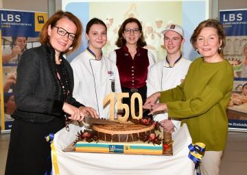 Im Bild von links nach rechts: Bildungs-Landesrätin Christiane Teschl-Hofmeister, Berufsschuldirektorin Evelyne Platschka (LBS Baden) und Präsidentin Sonja Zwazl mit Lehrlingen der Landesberufsschule Baden