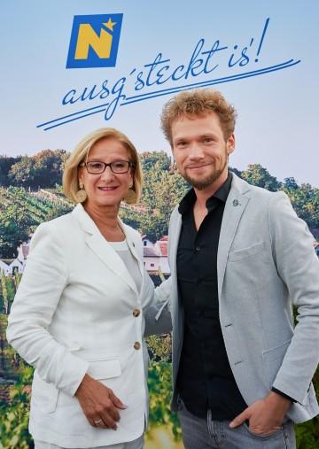 Landeshauptfrau Johanna Mikl-Leitner mit Zauberkünstler Thommy Ten