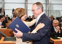 Landeshauptfrau Mag. Johanna Mikl-Leitner gratulierte ihrem Stellvertreter Dr. Stephan Pernkopf zur Wahl. (v.l.n.r.)