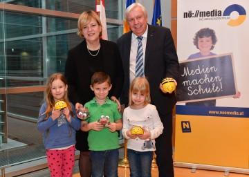 Landesrätin Barbara Schwarz und Landesschulrats-Präsident Johann Heuras freuen sich über die flächendeckende Ausstattung der Kindergärten und Schulen mit BeeBot-Sets.