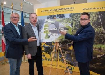 LH-Stellvertreter Dr. Stephan Pernkopf, flankiert von Dr. Gerhard Heilingbrunner (links) und dem Architekten DI Christoph Maurer (rechts) präsentierte in St. Pölten die Pläne für das WeltNaturerbe-Zentrum in Lunz am See.