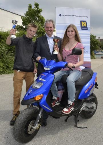 Landesrat Mag. Karl Wilfing gratuliert den Siegern des Landesmopedbewerbs Dominik Krendl und Ina Carina Sperber.