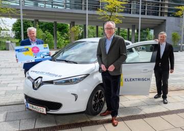 Im Bild von links nach rechts: Herbert Nowohradsky (Obmann Senioren), LH-Stv. Stephan Pernkopf und Herbert Greisberger (Geschäftsführer eNu) laden zur e-Mobilitätstour ein.