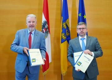 Finanzlandesrat Ludwig Schleritzko und VP-Klubobmann Klaus Schneeberger präsentierten in St. Pölten die aktuellen Berichte zu Niederösterreichs Landesfinanzen an den Landtag (v.r.n.l.).