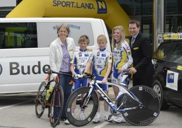 Landesrätin Dr. Petra Bohuslav und Sportlandkoordinator Franz Stocher mit einigen jungen Radtalenten.