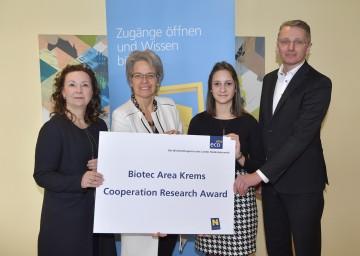 Im Bild von links nach rechts: ecoplus Technopol Krems-Managerin Verena Ossmann, Wirtschafts- und Technologielandesrätin Petra Bohuslav, Preisträgerin Theresa Brandstetter, Vereinsobmann Wolfram Strobl.<br /> <br />