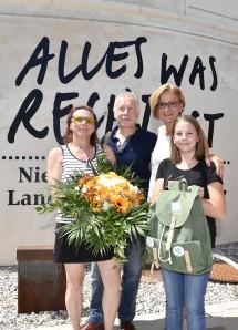 Als 100.000ste Besucherin der diesjährigen NÖ Landesausstellung begrüßte Landeshauptfrau Johanna Mikl-Leitner (Zweite von rechts) Ulrike Koppensteiner mit ihrem Mann Anton und ihrer Tochter Johanna.