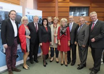 Bildungs-Landesrätin Barbara Schwarz (5.v.r.) und Rektor Erwin Rauscher (3.v.l.) mit Fest- und Ehrengästen beim Jubiläumsfest der Pädagogischen Hochschule Niederösterreich
