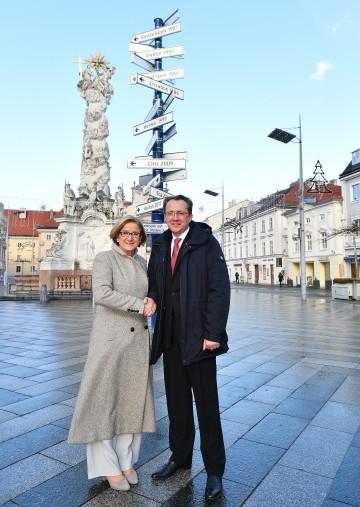Landeshauptfrau Johanna Mikl-Leitner und Bürgermeister Matthias Stadler präsentierten den Wegweiser der Kulturhauptstädte Europas, der mitten am Rathausplatz in St. Pölten steht. (v.l.n.r.)