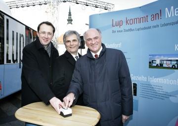 Startschuss für neues Stadtbus-Konzept in St. Pölten: Im Bild Landeshauptmann Dr. Erwin Pröll, Bundesminister Werner Faymann und Bürgermeister Matthias Stadler (v.l.n.r.).