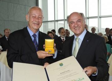Landeshauptmann Dr. Erwin Pröll überreichte dem Präsidenten von SOS Kinderdorf, Helmut Kutin, das Große Goldene Ehrenzeichen für Verdienste um das Bundesland Niederösterreich.