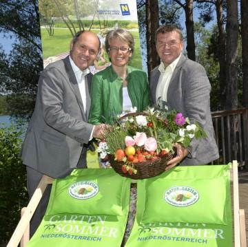 """LH-Stv. Mag. Wolfgang Sobotka, LR Dr. Petra Bohuslav und Gärtner Reinhard Kittenberger (vlnr) freuen sich über den Start des \""""Gartensommers Niederösterreich 2013\""""."""