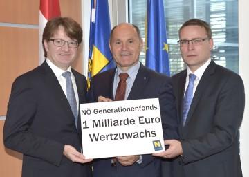 Im Bild von links nach rechts: Fibeg-Geschäftsführer Mag. Robert Piller, Landeshauptmann-Stellvertreter Mag. Wolfgang Sobotka und Fibeg-Geschäftsführer Mag. Johannes Kern.