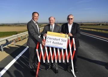 Verkehrsfreigabe für die Spurzulegung Ziersdorf Süd durch Straßenbaudirektor-Stellvertreter DI Rainer Irschik, Landeshauptmann Dr. Erwin Pröll und den Bürgermeister von Ziersdorf Johann Gartner (v. l. n. r.).