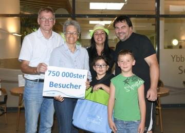 Bürgermeister Ing. Friedrich Fahrnberger und Tourismus-Landesrätin Dr. Petra Bohuslav konnten mit Familie Sünderhauf den 750.000sten Besucher im Ybbstaler Solebad Göstling begrüßen. (v.l.n.r.)