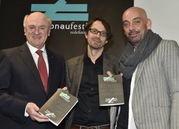 Bei der Programmpräsentation des Donaufestival 2016: Landeshauptmann Dr. Erwin Pröll (links) mit dem künstlerischen Leiter Tomas Zierhofer-Kin (rechts) und seinem Nachfolger Thomas Edlinger (Mitte).