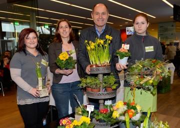 Landeshauptmann-Stellvertreter Mag. Wolfgang Sobotka, Meisterfloristin Andrea Rauscher mit ihren Schülerinnen des NÖ Landesjugendheimes Hollabrunn.