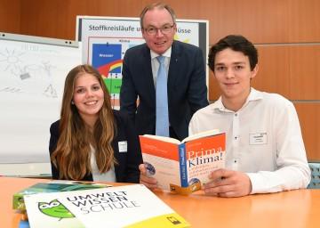 Alina Teuschl und Andreas Gassner von der HLUW Yspertal mit Umwelt-Landesrat Dr. Stephan Pernkopf