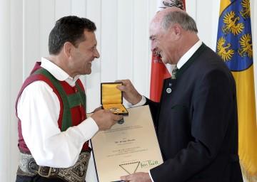 Hohes Ehrenzeichen des Landes NÖ für Franz Posch, überreicht durch Landeshauptmann Dr. Erwin Pröll.