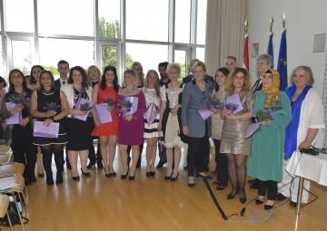 Bildungs-Landesrätin Mag. Barbara Schwarz gratulierte den Interkulturellen Mitarbeiterinnen und Mitarbeitern zu ihrem Diplom.
