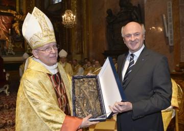 Landeshauptmann Dr. Erwin Pröll überreichte Diözesanbischof DDr. Klaus Küng zum Silbernen Bischofsjubiläum ein Bronzerelief des Heiligen Leopold.