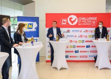Informierten über den Triathlon (von links): Florian und Theresa Schirak, Landesrat Jochen Danninger und Bürgermeister Matthias Stadler.