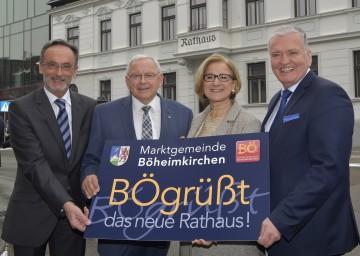 Über die Eröffnung des neuen Rathauses und Bürgerzentrums in Böheimkirchen freuen sich Bezirkshauptmann Josef Kronister, Bürgermeister Johann Hell, Landeshauptfrau Johanna Mikl-Leitner und Landesrat Franz Schnabl. (v.l.n.r.)