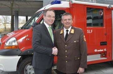 Landesrat Dr. Stephan Pernkopf gratuliert Dietmar Fahrafellner zur Wahl zum NÖ Landesfeuerwehrkommandanten.