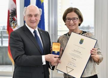 Landeshauptmann-Stellvertreterin Mag. Johanna Mikl-Leitner überreichte den Ehrenring des Landes Niederösterreich an Landeshauptmann Dr. Erwin Pröll.