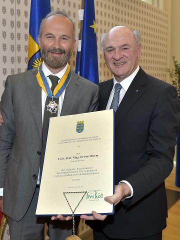 """Landeshauptmann Dr. Erwin Pröll überreichte das \""""Silberne Komturkreuz des Ehrenzeichens für Verdienste um das Bundesland Niederösterreich\"""" an Prof. Mag. Erwin Wurm."""