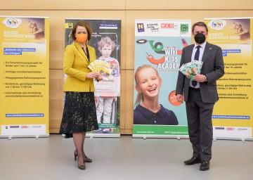 Familien-Landesrätin Christiane Teschl-Hofmeister und WKNÖ-Präsident Wolfgang Ecker freuen sich über vier Wochen hochwertige Ferienbetreuung mit NÖ Kinder Business Week und WIFI Kids Academy