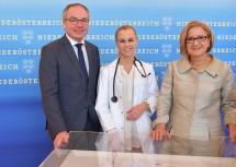 LH-Stellvertreter Stephan Pernkopf (links) und Landeshauptfrau Johanna Mikl-Leitner (rechts) freuen sich mit Dr. Amélie Gorris (Mitte), seit September Mitarbeiterin am Universitätsklinikums  St.  Pölten, über das Ausbau-Programm für die NÖ Landeskliniken.