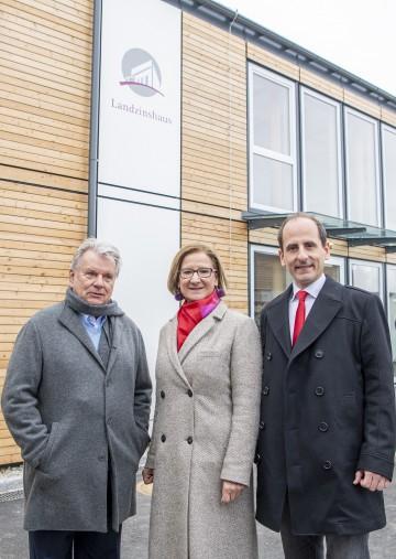 Hans Peter Haselsteiner, Landeshauptfrau Johanna Mikl-Leitner und Bürgermeister Thomas Jechne eröffneten in Mitterndorf an der Fischa das erste Landzinshaus Österreichs.
