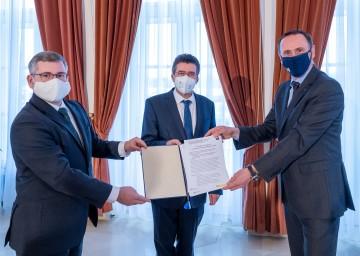 """Landesrat Ludwig Schleritzko  (von links), Bürgermeister Peter Eisenschenk und Landesrat Jochen Danninger unterzeichneten den """"Letter of Commitment"""" zu """"LISA.Tulln""""."""