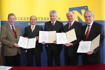 Tullns Bürgermeister Willi Stift, LH Dr. Erwin Pröll, Univ.Prof. Dr. Hubert Dürrstein (BOKU), Univ.Prof. Dr. Erich Gornik (ARCS) und Helmut Krünes (ARCS), v.r.n.l., unterzeichneten heute die Grundsatzvereinbarung für den Forschungs- und Technologieverbund.