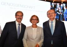 Landeshauptfrau Johanna Mikl-Leitner mit Obmann Erwin Hameseder (l.) und Generaldirektor Klaus Buchleitner (r.) bei der  Raiffeisen-Jahrestagung in Wien.