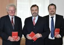 Landtagspräsident Hans Penz (m.) mit den beiden Autoren Karl Lengheimer (l.) und Thomas Obernosterer (r.).