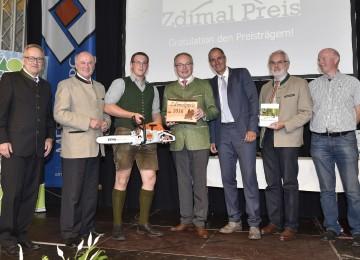 """Als bester Forstwirtschaftsmeister wurde Martin Bläumauer (3.v.l.) mit dem \""""Zdimal Preis\"""" ausgezeichnet."""